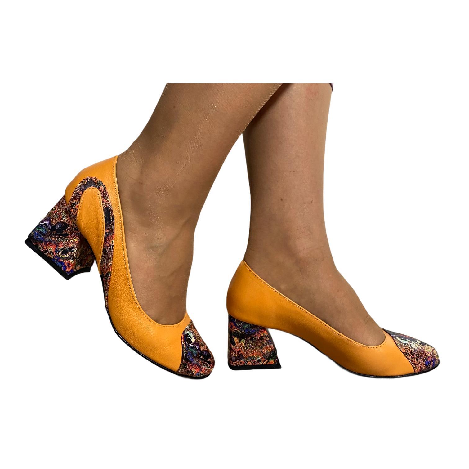 Pantofi kavun combinat cu modele abstracte