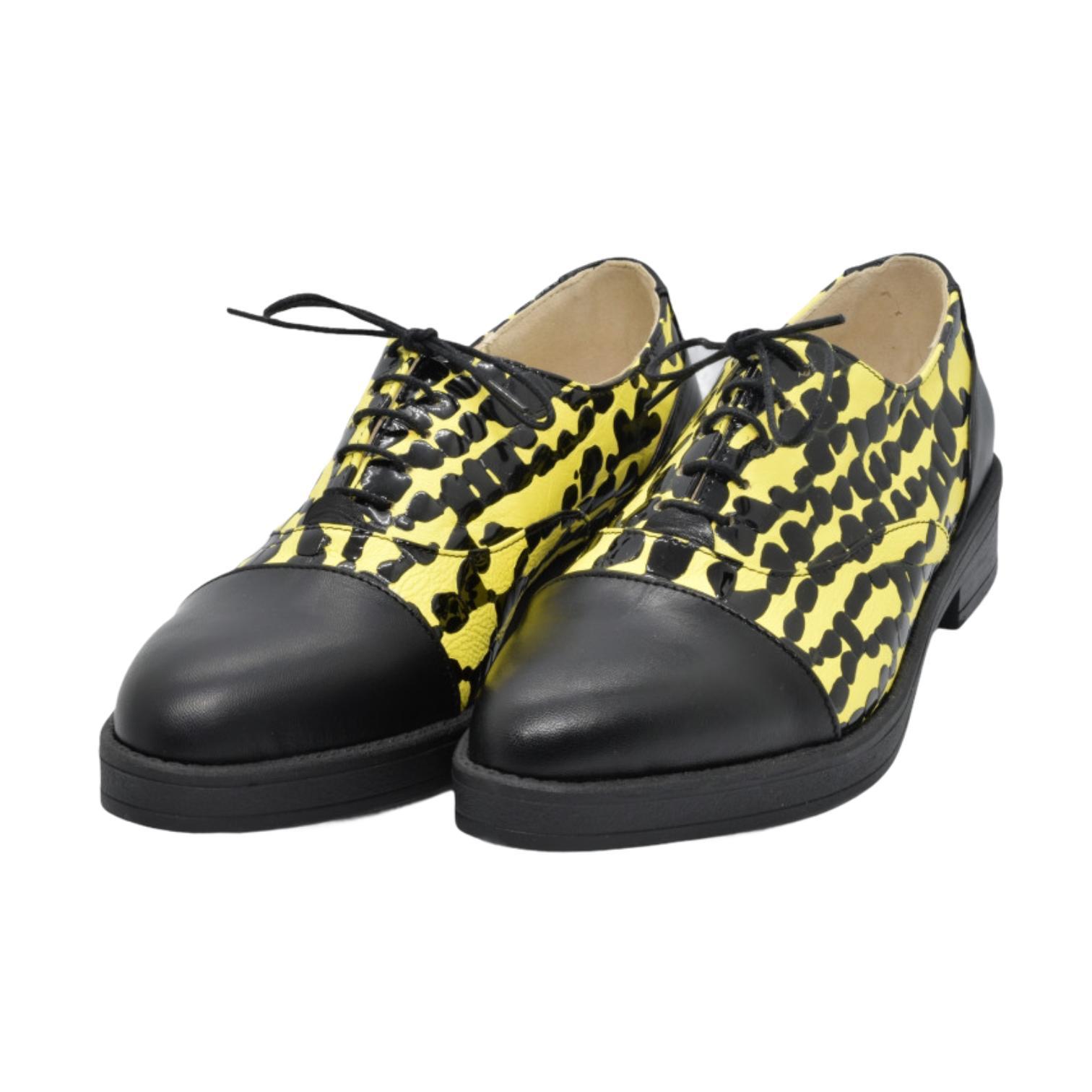 Pantofi negri combinati cu piele galbena cu model