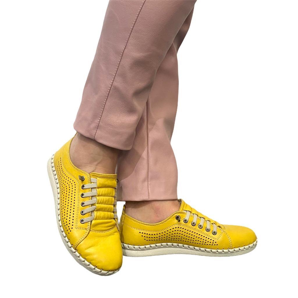 Pantofi galbeni perforati cu siret