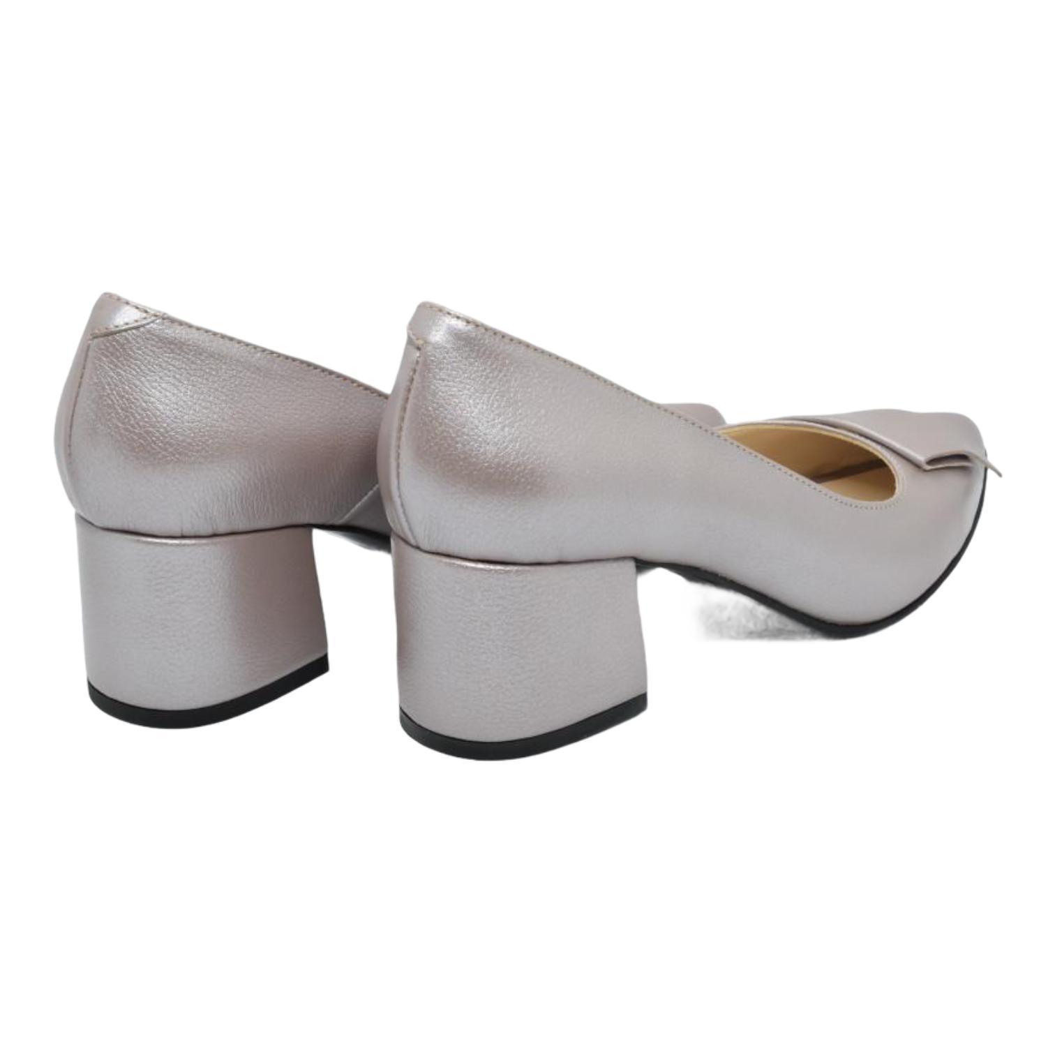 Pantofi taupe cu accesoriu din piele