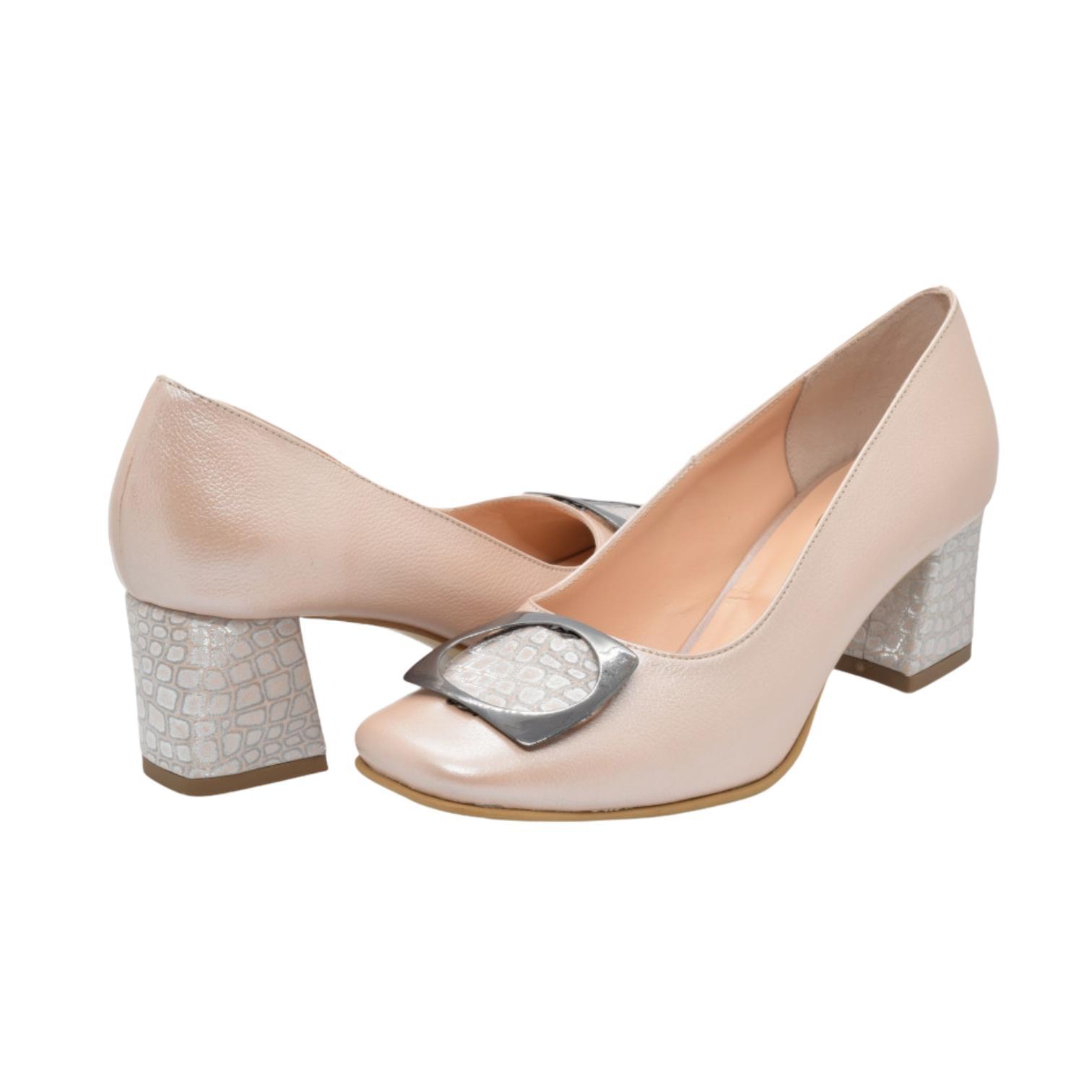 Pantofi pudra cu accesoriu metalic si toc cu imprimeu