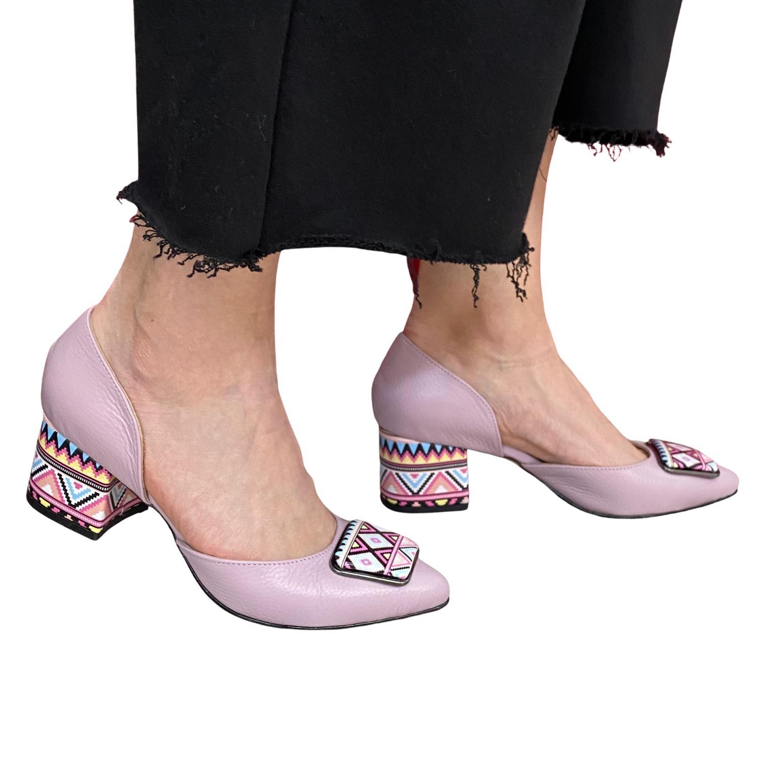 Pantofi decupati lila cu accesoriu si toc colorat
