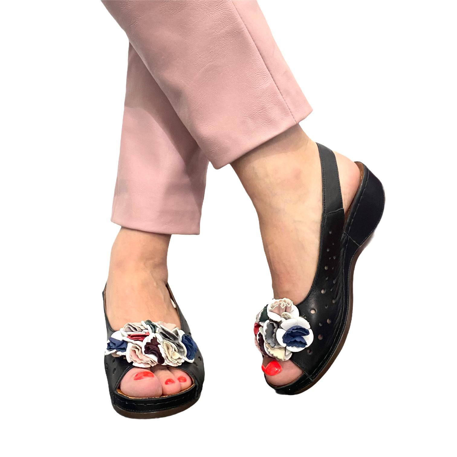 Sandale negre perforate cu accesoriu colorat