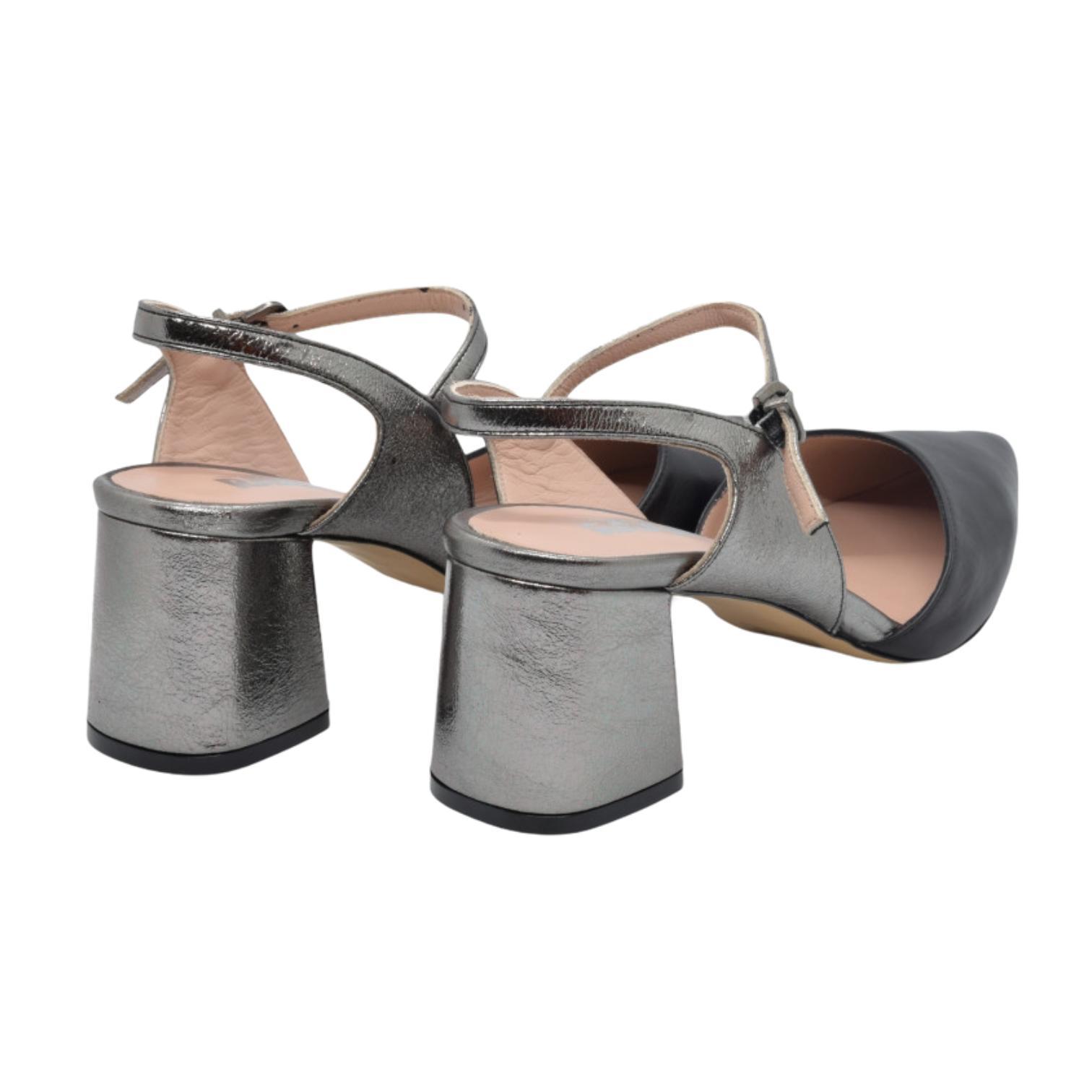 Pantofi decupati negri cu barete argintii