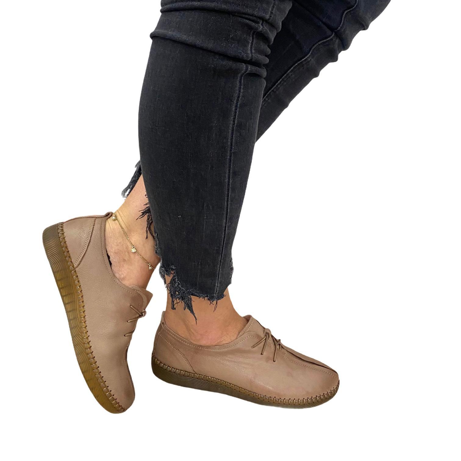 Pantofi maro cu siret si detalii
