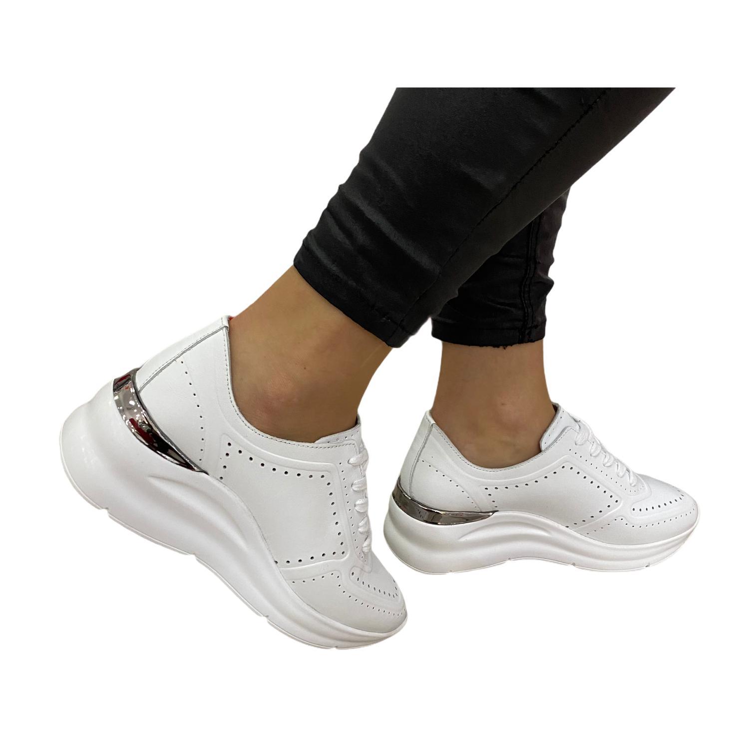 Pantofi sport albi cu perforatii si detaliu argintiu