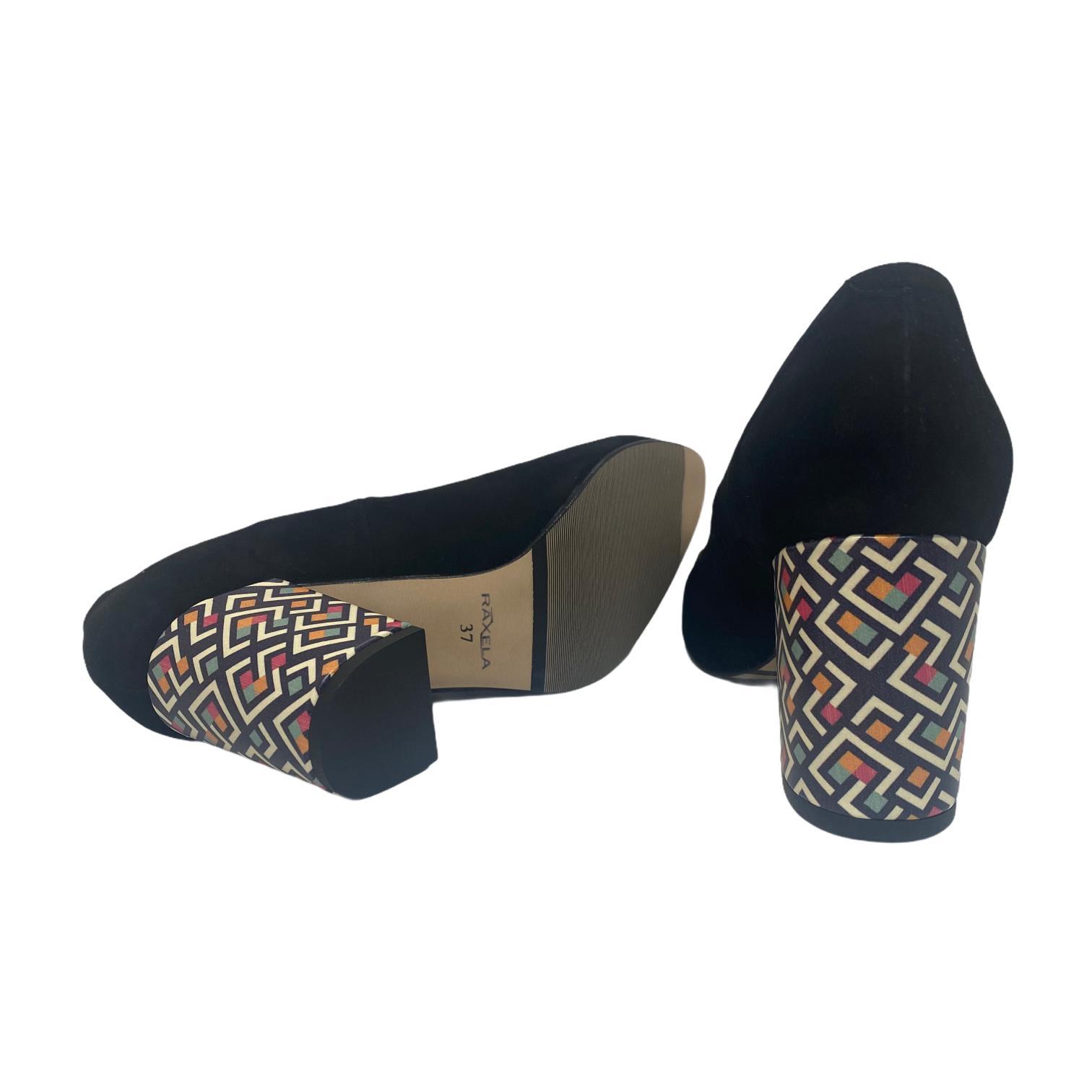 Pantofi negri cu accesoriu si toc colorat