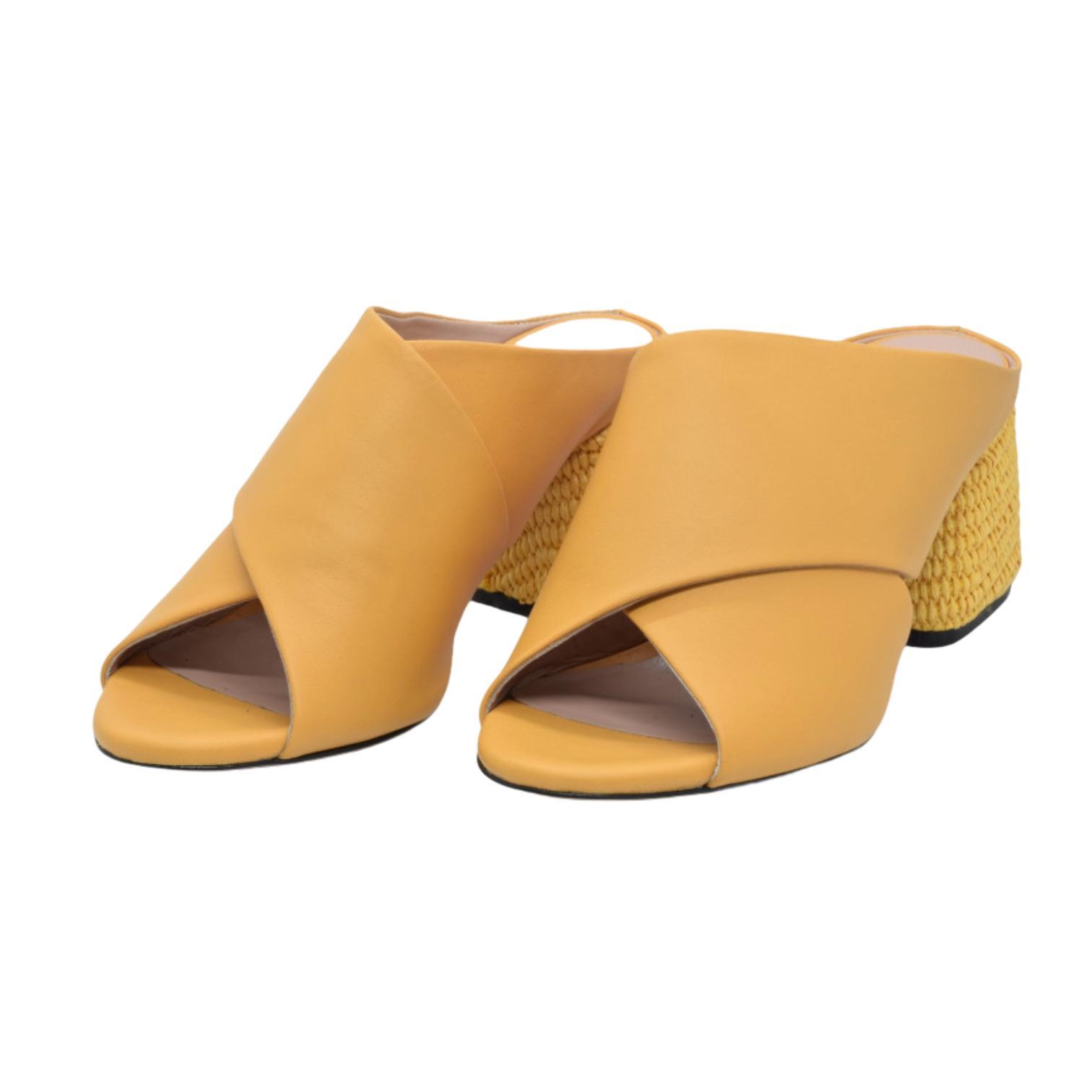 Sandale galbene cu toc stilizat