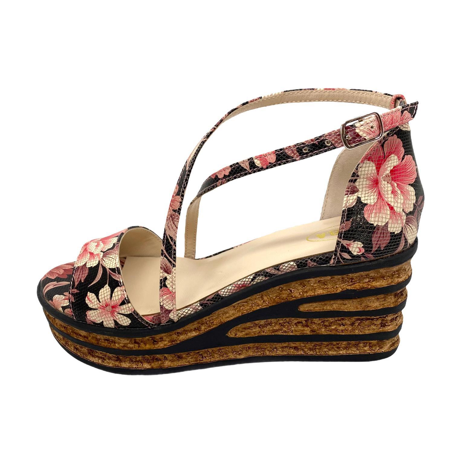 Sandale negre cu model floral si platforma