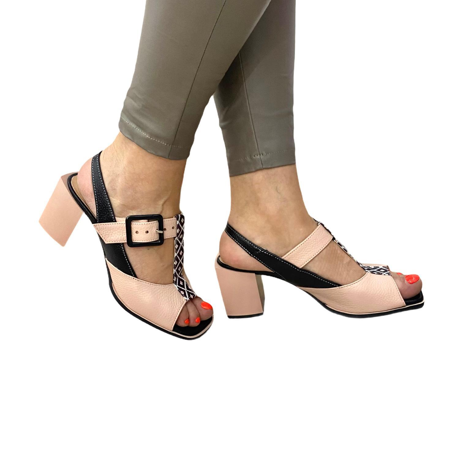 Sandale pudra cu detalii negre si model