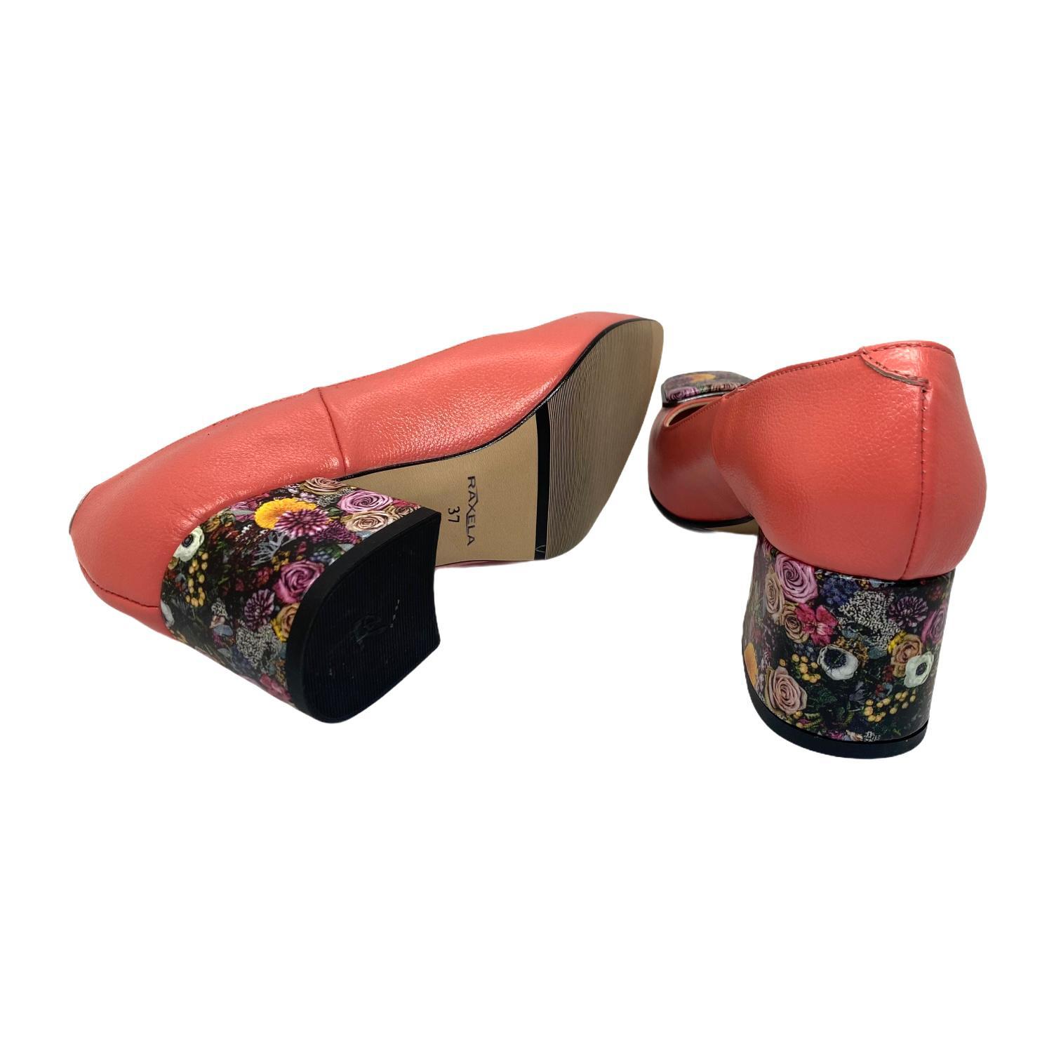 Pantofi corai cu accesoriu si toc colorat